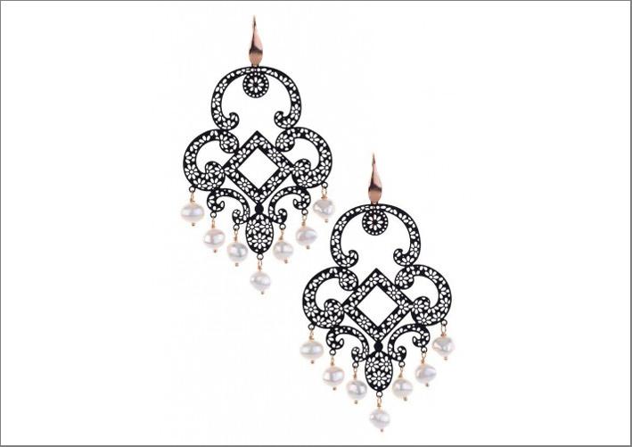 Orecchini con base in metallo smaltato, perle, gancio in argento bagnato in oro rosa