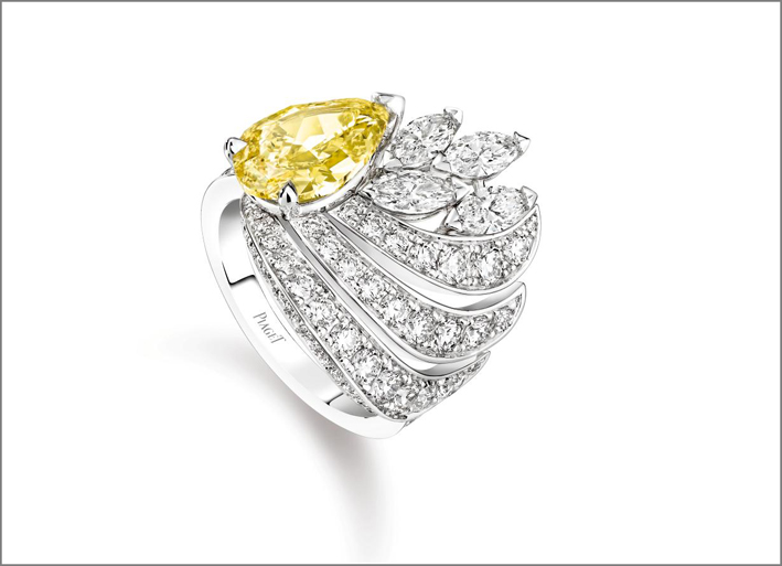 Shimmering Sun Ring 18K white gold ring set with 1 pear-shaped fancy vivid yellow diamond (approx. 2.20 cts), 4 marquise-cut diamonds (approx. 0.78 ct) and 55 brilliantcut diamonds (approx. 1.34 ct)