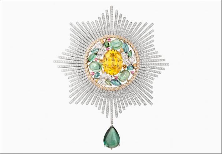Spilla stile onorificenza militare in oro giallo e bianco, tormaline, spinelli rosa, granati mandarino, diamanti