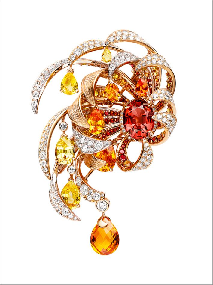 Spilla in oro bianco e rosa, con uno spinello rosso ovale del peso di 5,38 carati, un granato mandarino taglio briolette del peso di 4,77 carati, 4 granati mandarino a forma di pera del peso di 2,99, 1,24, 0,88 e 0,52 carati, 3 a forma di pera gialla zaffiri del peso di 1.81, 1.74 e 0.82 carati di Ceylon, uno zaffiro giallo taglio briolette del peso di 0,45 carati, zaffiri gialli rotondi, spinelli rossi e granati mandarino e diamanti taglio brillante.