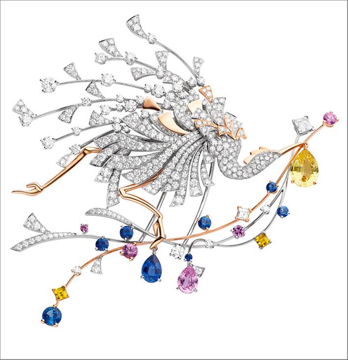 Spilla in oro bianco e rosa, con uno zaffiro giallo a forma di pera del peso di 2,28 carati di Ceylon, uno zaffiro a forma di pera del peso di 1,02 carati di Ceylon, uno zaffiro rosa a forma di pera da 1 carato del Madagascar, 2 zaffiri gialli quadrati per un peso complessivo di 0,78 carati, 4 zaffiri rosa rotondi per un peso complessivo di 0,71 carati, 7 zaffiri rotondi per un peso totale di 1,50 carati, 2 diamanti EF VVS quadrati per un peso totale di 0,49 carati e diamanti a taglio brillante