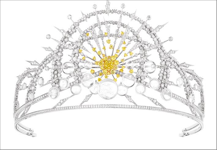 Tiara Soleil Glorieux in oro bianco e giallo, con un diamante Fancy Intense Yellow F con taglio cushion di circa 2,51 carati, 21 cristalli di roccia taglio cabochon e diamanti taglio brillante e diamanti gialli