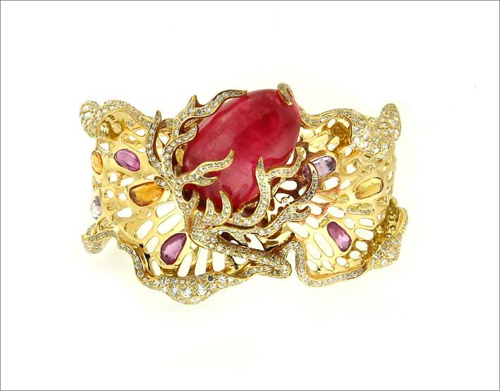 Bracciale Volcanus, della collezione The Fifth Element. È composto da una Rhodocrosite di 79 carati, su oro e diamanti che rappresentano la lava che fuoriesce dal vulcano