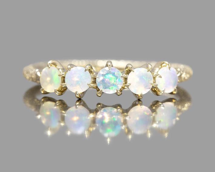 Anello in oro e opali