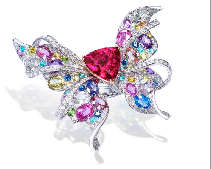 Anello Papillon, in oro bianco, diamanti, zaffiri e rubellite
