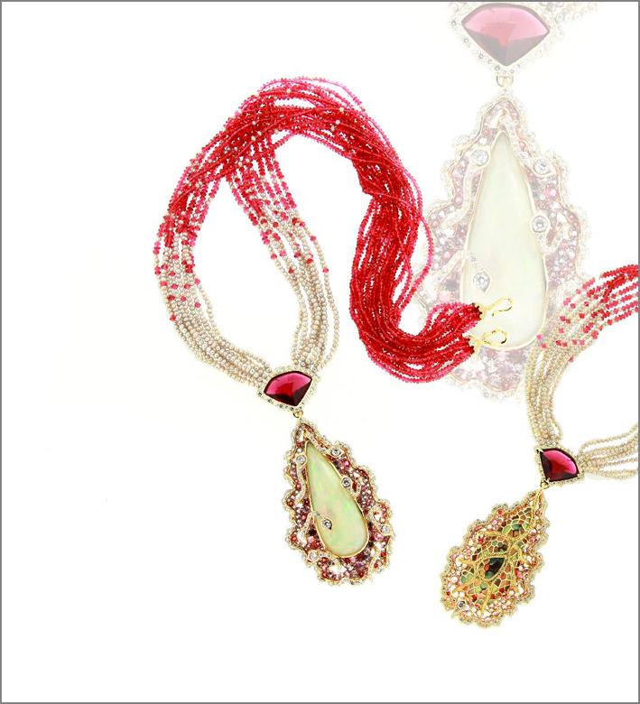 La collana è composta da un Opale di 28,44 carati, smalto, diamanti. Può essere indossata in entrambi i lati