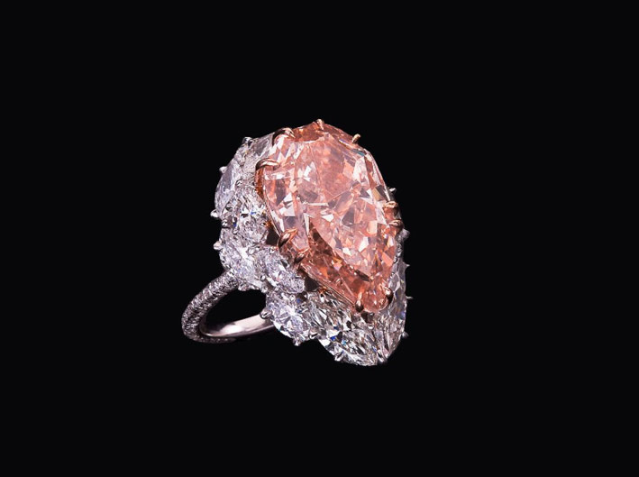 Anello con diamante di 8.25 ct fancy intense pink VVS2
