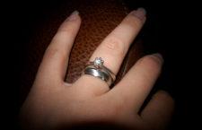 Anello di fidanzamento indossato assieme alla fede matrimoniale