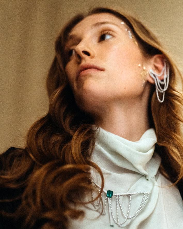 Modella con spilla e orecchino di alta gioielleria Dauphin