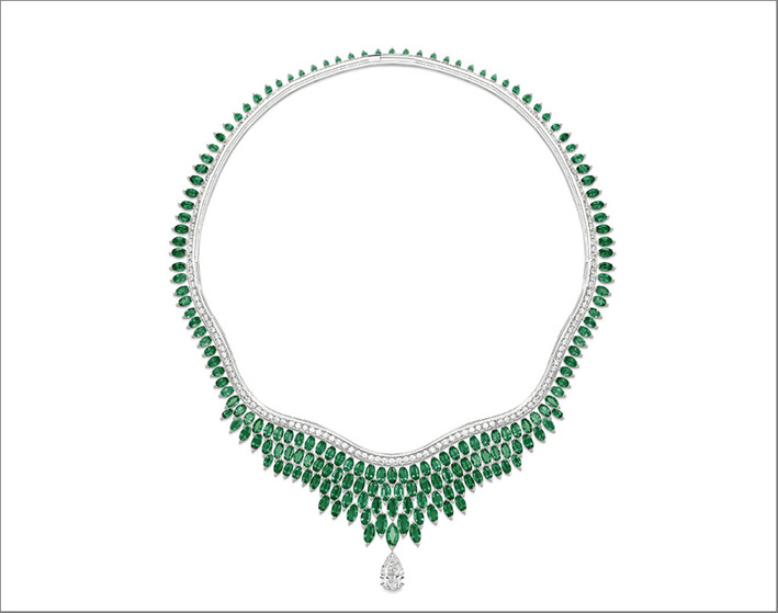 Luxuriant Oasis Necklace, 18K platinum necklace set with 1 pear-shaped diamond (approx. 3.01 cts), 177 marquise-cut emeralds (approx. 48.44 cts) and 172 brilliant-cut diamonds (approx. 7.17 cts). Unique creation. Transformable creation into one pendant with diamond