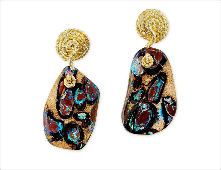 Orecchini pendenti in oro e opale