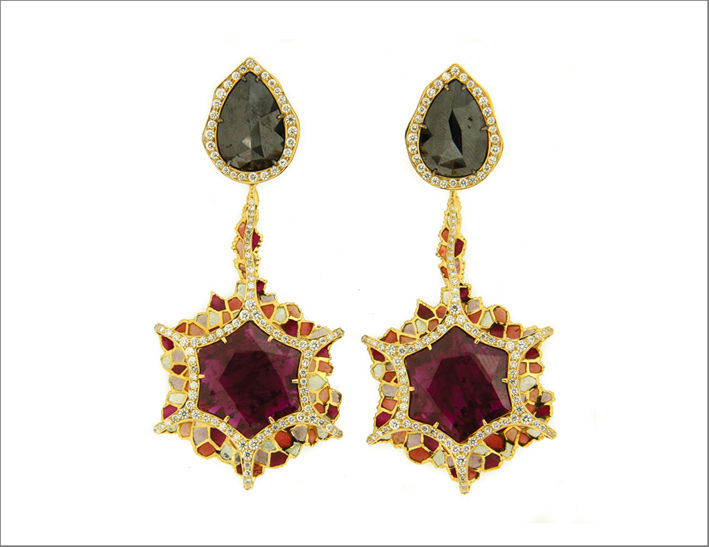 Orecchini ispirati all Ibisco, con rubini del Mozambico, oro, diamanti rosa