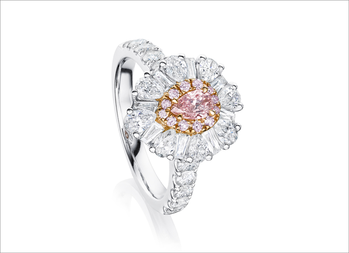 Anello con diamanti bianchi e rosa della Pink Diamond collection di Ortaea
