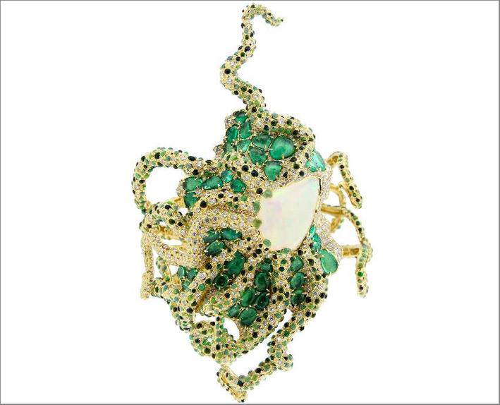 Questo bracciale a forma di polipo ha al centro un opale iridescente di 14,97 carati, circondato da smeraldi, oro 18 carati, diamanti, smalto