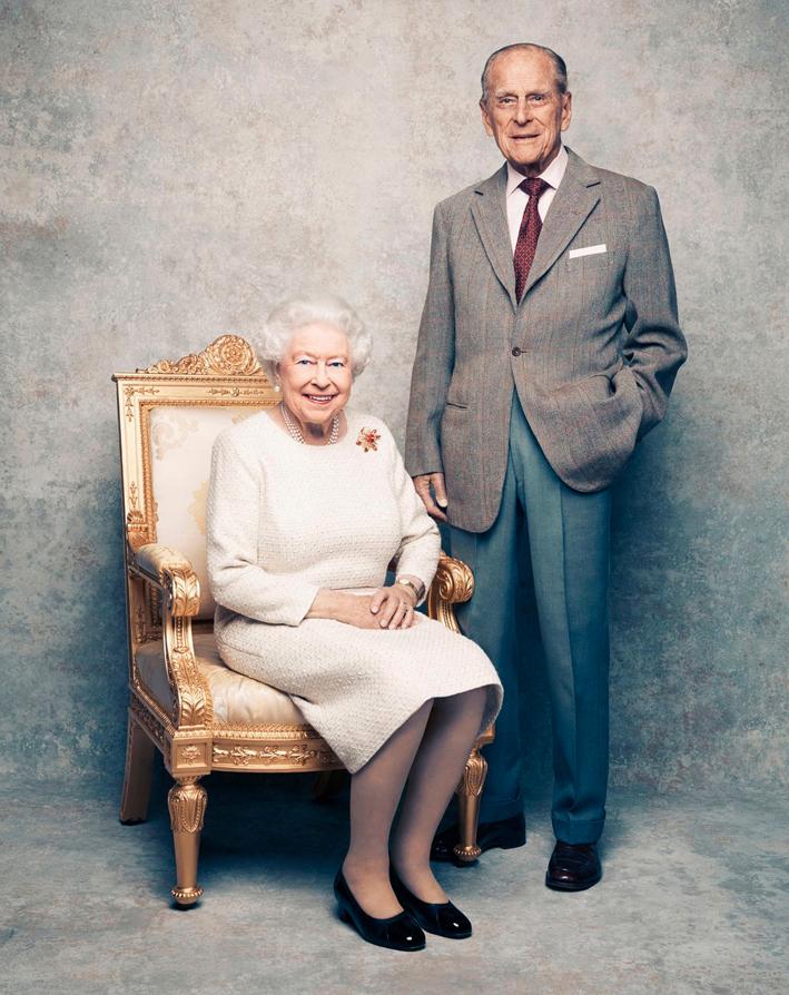 La regina Elisabetta con la spilla Scarab di Grima, assieme al principe Filippo