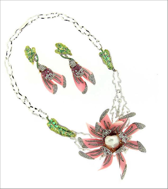 Shades of Lotus, collana e orecchini ispirati a Cleopatra. Con Conch rosa, perle barocche, diamanti, rubini
