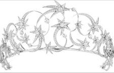 Tiara Étoile in oro bianco con diamante D VVS2 taglio brillante da 0,93 carati, 2 diamanti D VVS1 taglio brillante da 0,73 e 0,70 carati, 2 diamanti D VVS1 taglio brillante da 0,53 carati ciascuno, 2 diamanti D VVS2 taglio brillante del peso di 0,54 carati ciascuno, 2 diamanti E VVS1 ed E VVS2 taglio brillante del peso di 0,54 carati ciascuno e diamanti taglio brillante.