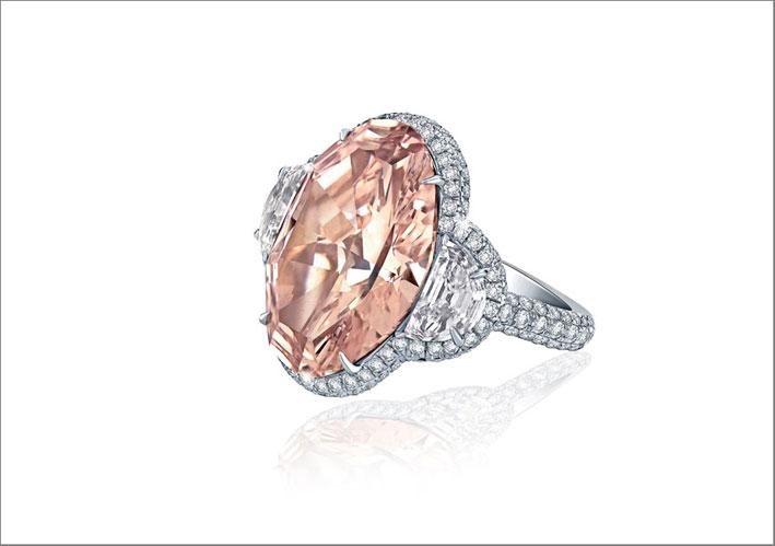 Anello in platino con un raro diamante rosa di 13 carati