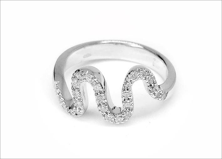 Anello ondulato in oro bianco e diamanti