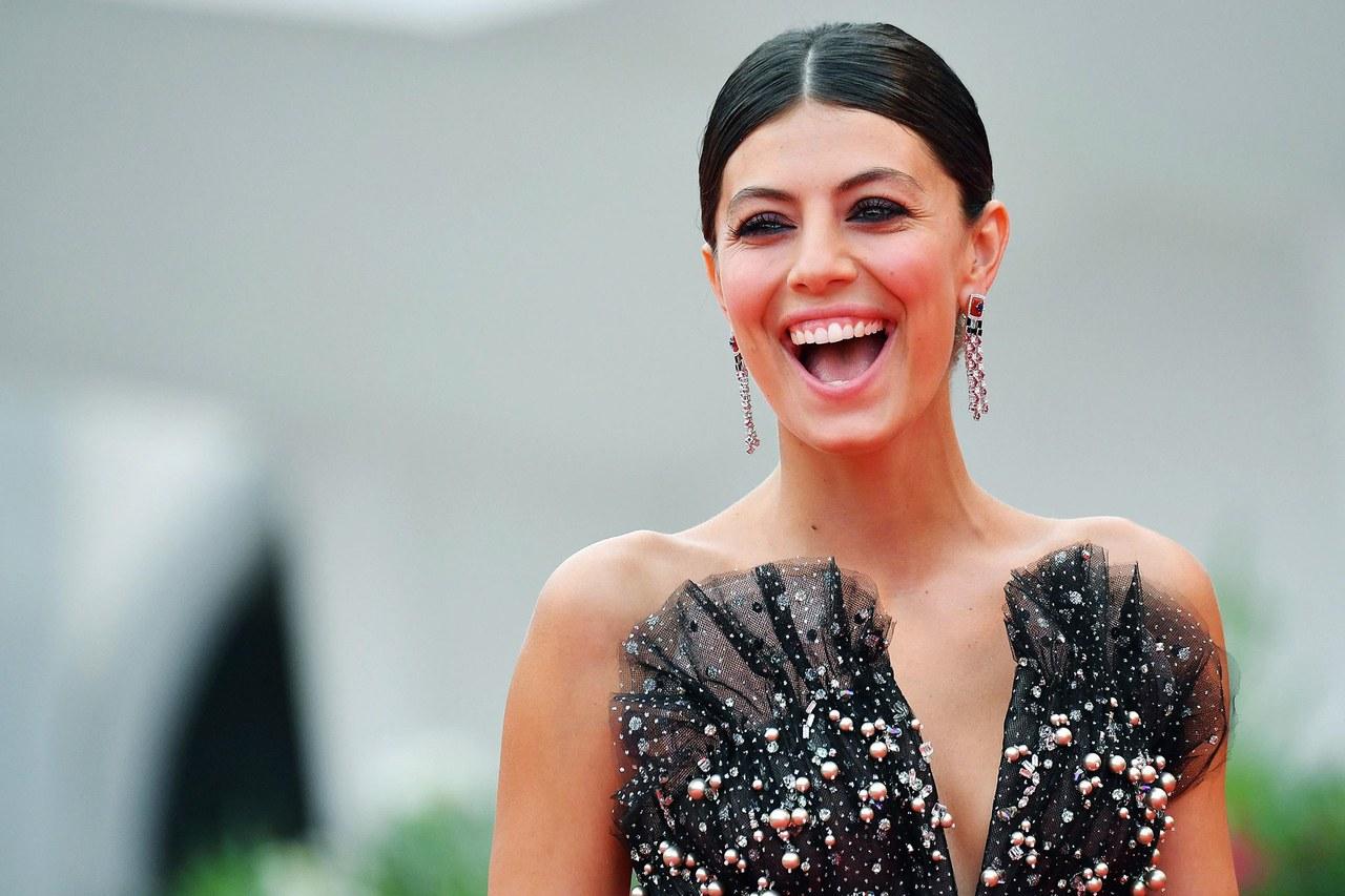 Alessandra Mastronardi con un paio di orecchini in oro con onice, zaffiri, rubini e diamanti Giorgio Armani Privé High Jewelry