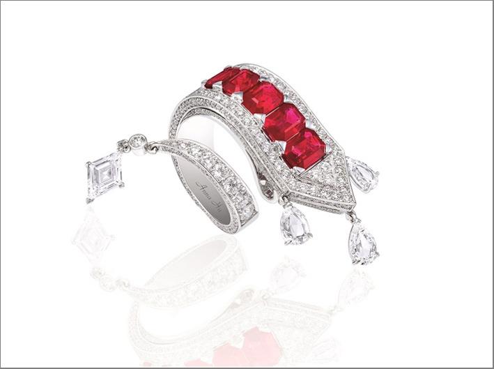 Anello Appassionata, in oro bianco 18 carati. I cinque rubini rappresentano i tasti neri del piano