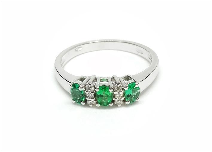 Anello in oro bianco, smeraldi e diamanti