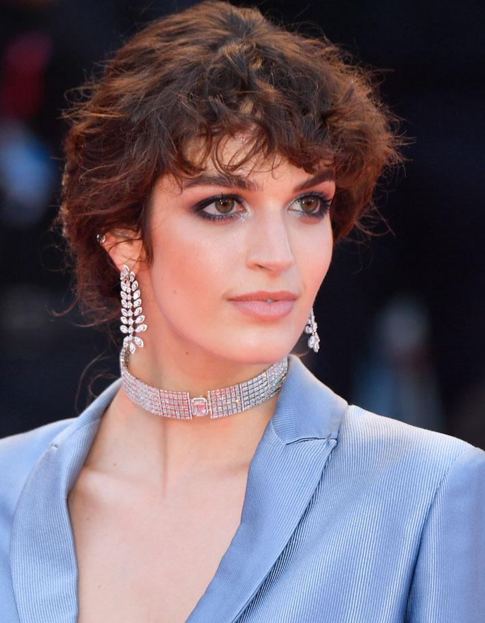 Per Greta Ferro gli orecchini Diamond Catcher della collezione High Jewelry Born To Be Wild e il girocollo di Zelda della collezione High Jewelry Paris est une Fête di Messika