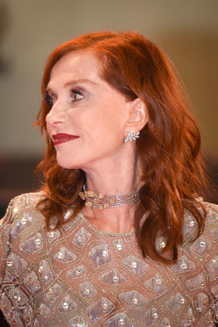 Isabelle Huppert ha scelto il girocollo High Jewelry Fire Diamond e gli orecchini Diamond Catcher di Messika