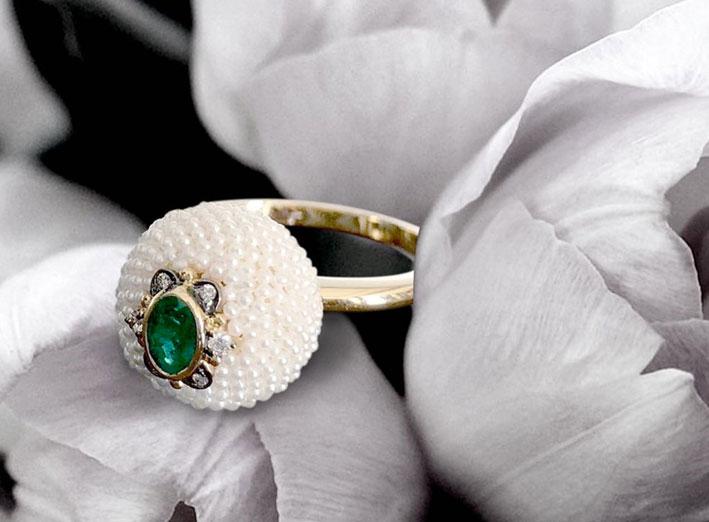 Anello con perle keshi e smeraldo