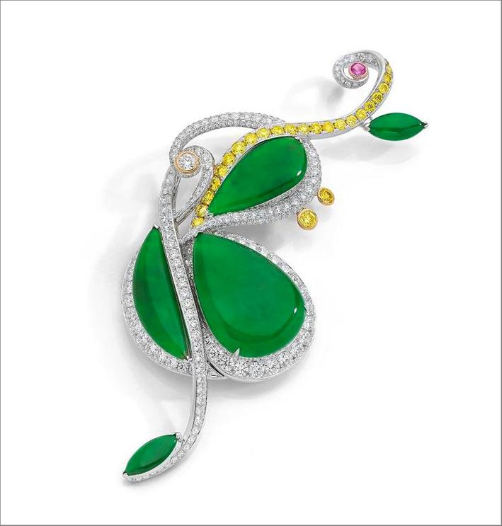 La spilla si ispira al quadro intitolato Violino appeso al muro di Pablo Picasso. Il gioiello è composto da quattro giadeiti, da 1,43 carati a 34,93 carati, in oro bianco e giallo 18 carati, diamanti gialli e bianchi