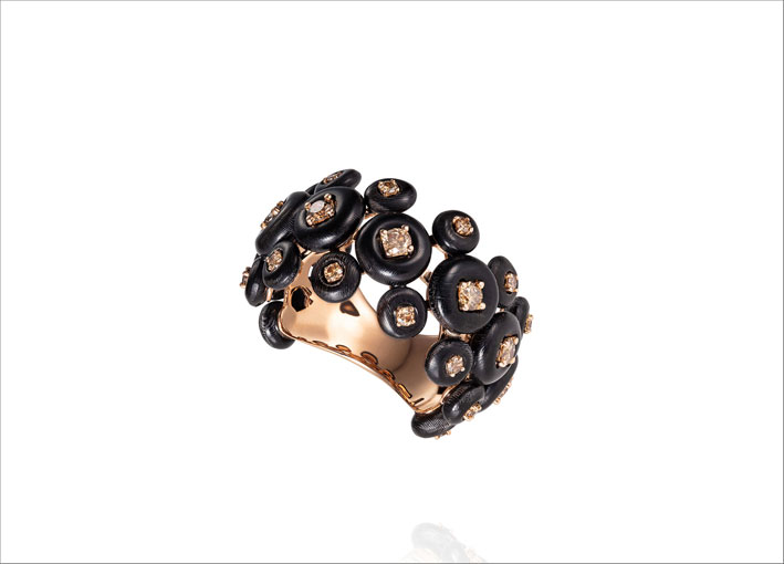 Anello Surrounding con corno e diamanti brown