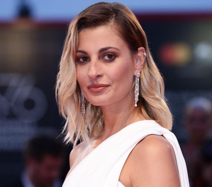 Sveva Alviti indossava gli orecchini di alta gioielleria Sirenetta e l'anello Miss Milla con una clip My Twin di Messika
