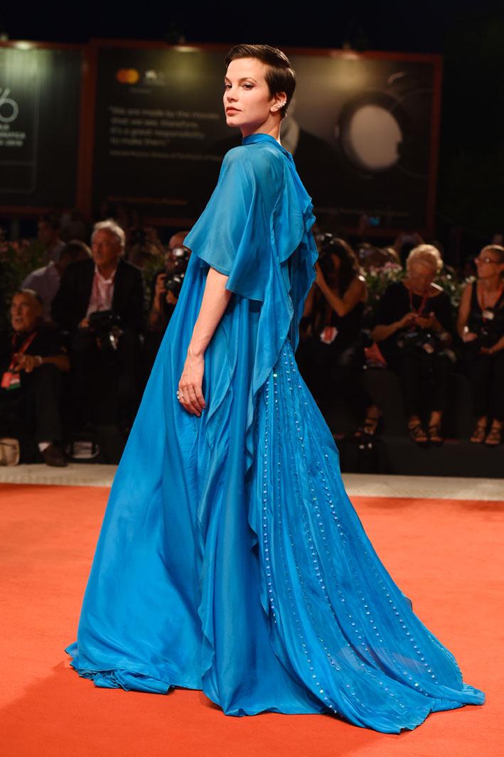 Sylvia Hoeks, la nuova musa ispiratrice di Valérie Messika, ha indossato orecchini multispe My Twin e anello trio