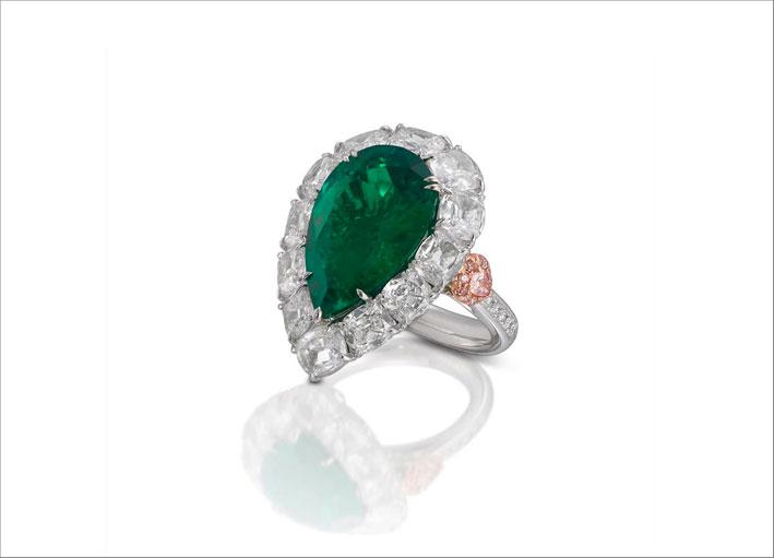 Anello con smeraldo a goccia e diamanti