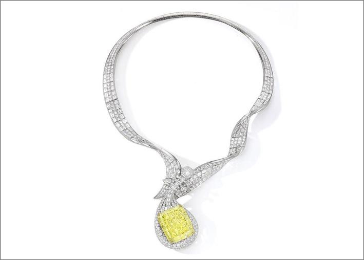 La collana Pipa Dunhuang, con un diamante giallo intenso di fantasia da 100,02 carati e diamanti bianchi