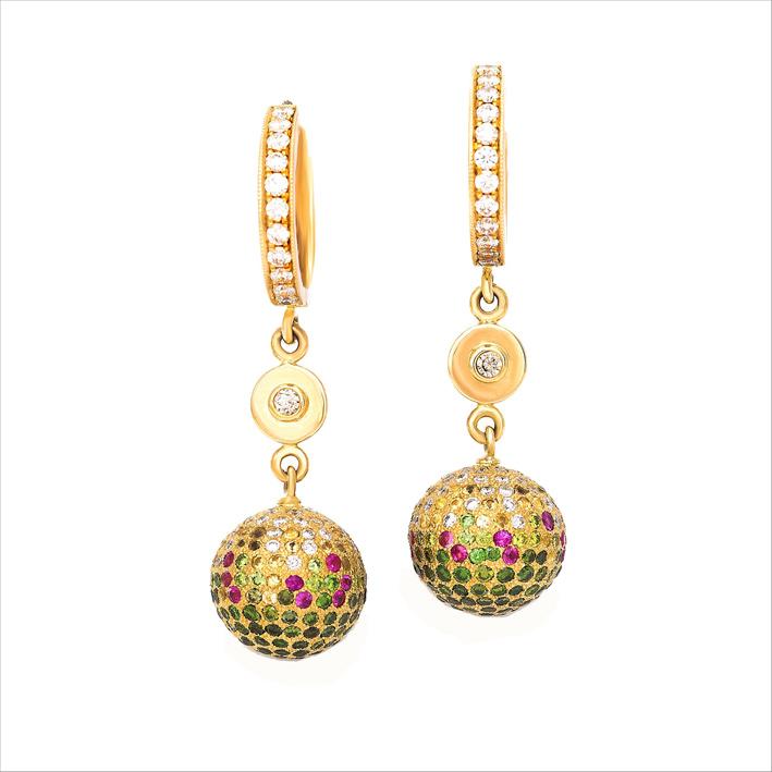 Orecchini in oro giallo con diamanti bianchi e verdi, zaffiri colorati