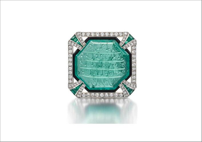 Spilla Art Dèco con diamanti e uno smeraldo intagliatodi Hennell, circa 1925
