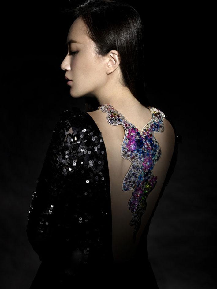 Anna Hu con la collana Monet Waterlilies