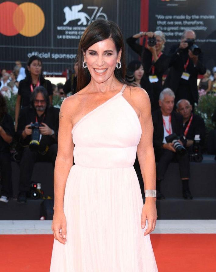 La cantautrice Paola Turci ha indossato gli orecchini ed il bracciale Eclipsis di Pianegonda in argento, topazi e zirconi bianchi
