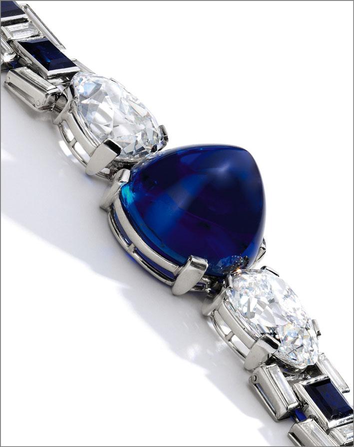 Lo zaffiro birmano del peso di 47,07 carati, affiancato da due diamanti bianchi a forma di pera del peso rispettivamente di 9,27 e 8,60 carati