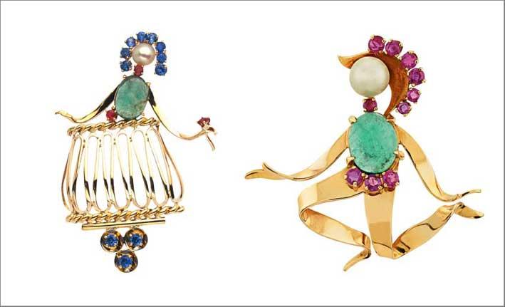 Spilla Juliette, 1951 ca. Oro giallo, smeraldi, zaffiri, rubini, perle di coltura e Spilla Roméo, 1951 ca. Oro giallo, smeraldi, rubini, perle di coltura