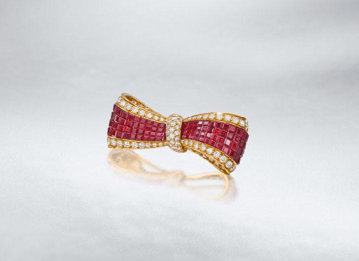 Spilla Noeud Ruban con rubini e diamanti di Van Cleef & Arpels