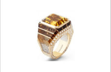 Anello Taglio Smeraldo, con berillo taglio smeraldo da 14,04 ct e pavé di cristallo di rocca, incastonato in oro giallo