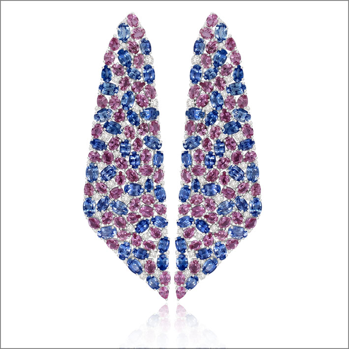 Orecchini a osaico con 23 carati di zaffiri blu, 17 carati di zaffiri osa, diamanti