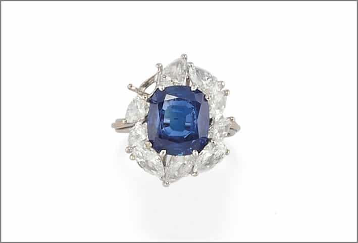 Anello in zaffiro blu Ceylon non trattato di 4 carati e diamanti