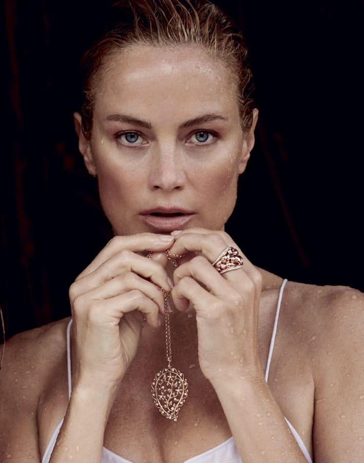 Carolyn Murphy con una collana della collezione Paisley di Tamara Comolli