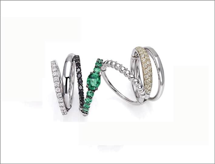 Anello oro bianco, diamanti bianchi e neri, smeraldi diamanti cape