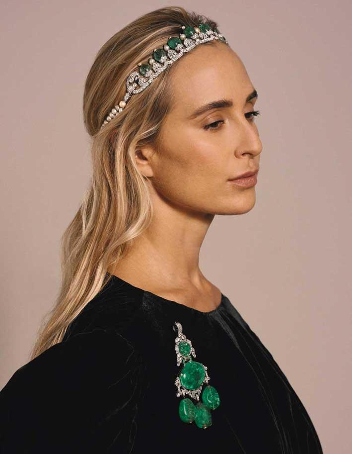 Elizabeth von Thurn und Taxis indossa una spilla e e una tiara con diamanti e smeraldi (immagine dal catalogo Sotheby's)