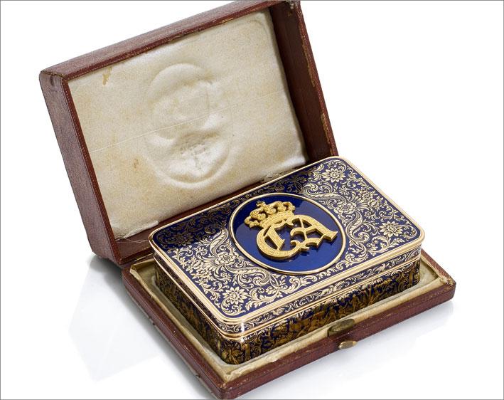 scatola in oro giallo e smalti raffiguranti le iniziali di Carlo Alberto di Savoia e lo stemma Savoia