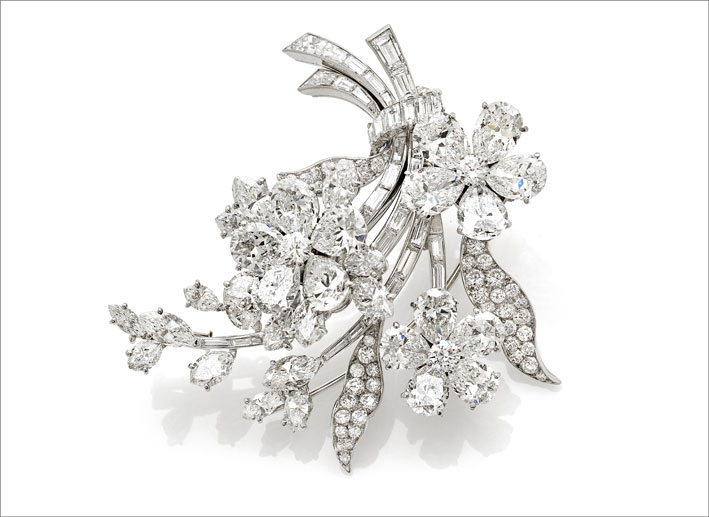 spilla fiore en tremblant firmata Bulgari realizzata in platino con diamanti a goccia, navette, tondi e baguette